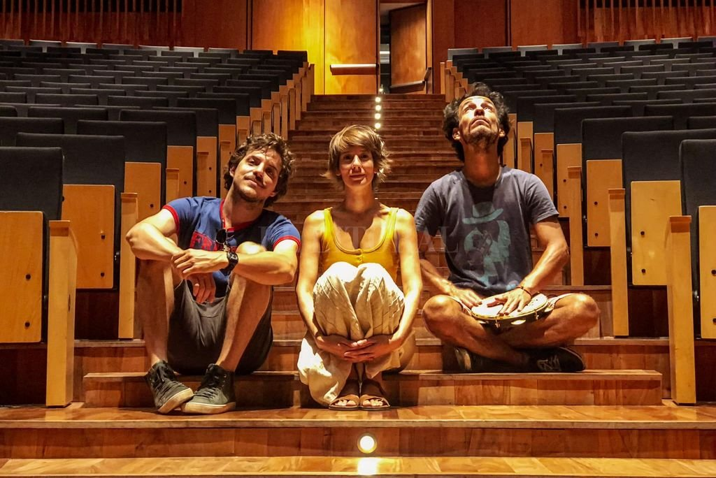 Tiempo de jugar, que es el mejor - Lucho Milocco (Santa Fe), Eva Harvez (Buenos Aires) y Cássio Carvalho (Brasil). Los integrantes de Pim Pau en el auditorio del CCK, en la ciudad de Buenos Aires.