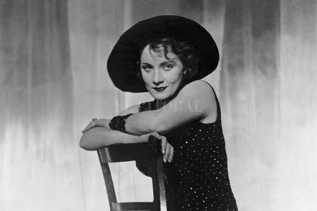 La película causó un gran revuelo en la sociedad alemana de los años '30 por la provocativa presencia de Marlene Dietrich, quien en una época de recia censura apareció en algunas secuencias con los muslos descubiertos. Crédito: U.F.A.