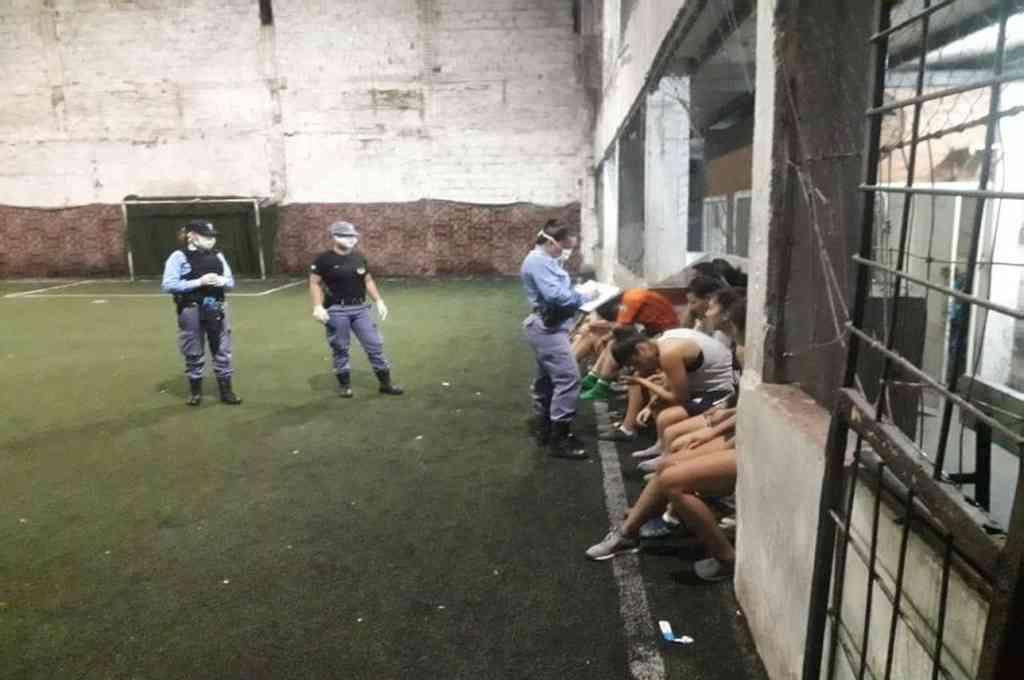 Once mujeres son detenidas por romper cuarentena para jugar fútbol — NOTICIAS