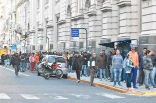 Largas filas en los bancos para cobrar jubilaciones y asistencia social