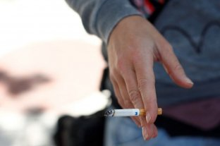 Reino Unido advierte que fumadores tienen más riesgo de contraer coronavirus