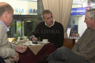 """""""Vignatti preguntaba siempre pero al equipo lo armaba yo""""  - La vieja Peatonal de Santa Fe y la tradicional mesa del Hostal con ventana """"a la calle"""", por llamarla de alguna manera. Mes de junio de 2001: el entrenador uruguayo en una charla llena de fútbol junto a los más experimentados dirigentes sabaleros, el presidente José Vignatti y el vicepresidente Patricio Fleming.  -"""