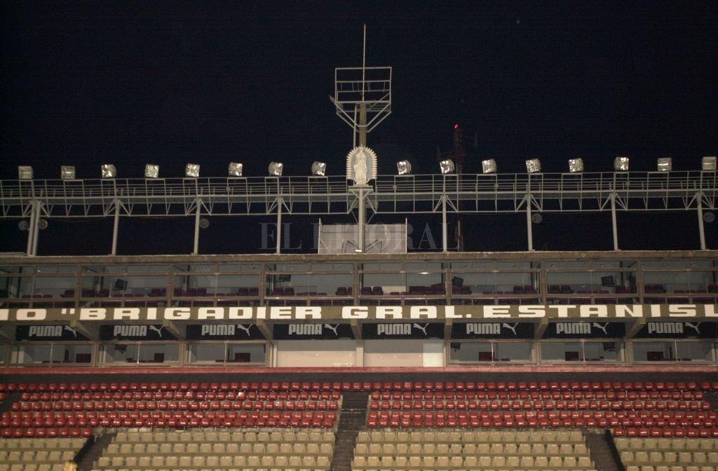 """Diciembre de 2001 </BREVES TXT>Así estaba el sector oficial del estadio Brigadier López: fue la noche del 13 de diciembre de ese año con un acto donde concurrieron miles de socios e hinchas sabaleros para acompañar la idea de Jorge Fossati —por entonces entrenador de Colón— y un grupo de religiosos que eran simpatizantes sabaleros. Esa noche se entronizaba la imágen de la Virgen de Guadalupe. La misma que Garcé """"hizo bajar"""" después de un clásico perdido porque —según él— """"traía mala suerte"""".  Crédito: El Litoral"""