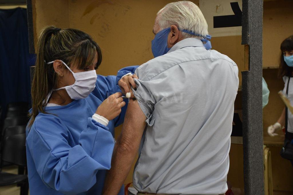 Contra la gripe. Los primeros vacunados fueron los mayores de 65 años y grupos de riesgo con patología comprobada con certificado médico, sean o no afiliadas a la entidad gremial. Crédito: Flavio Raina