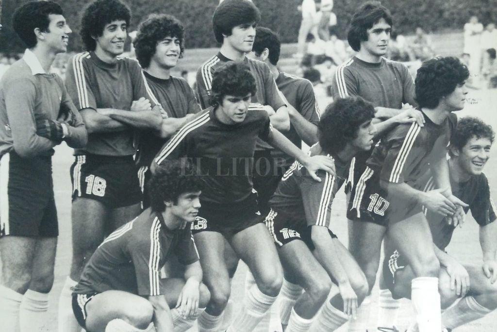 Uno de los equipos de aquél juvenil. Ahí aparece Lanao, al lado de Sergio García, que era el arquero. Obviamente, Maradona y también Rubén Rossi entre los 11. Crédito: El Litoral