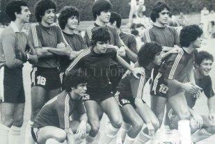 """""""Le hice una broma a Capocetti y estuvo dos días sin hablarme"""" - Uno de los equipos de aquél juvenil. Ahí aparece Lanao, al lado de Sergio García, que era el arquero. Obviamente, Maradona y también Rubén Rossi entre los 11. -"""