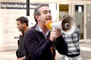 """Megáfono en mano, el intendente de Rosario salió a pedir """"distanciamiento"""" en la cola de los bancos"""