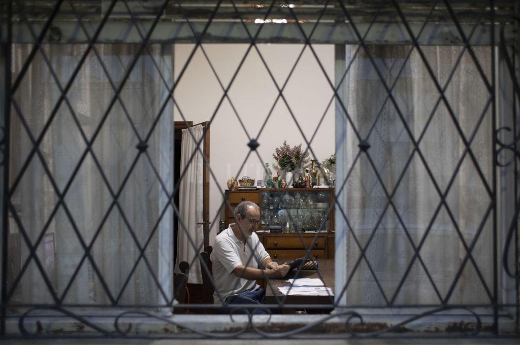 Desde el aislamiento en sus hogares, muchos ciudadanos viven con incertidumbre el futuro económico.  Crédito: Agencia Xinhua
