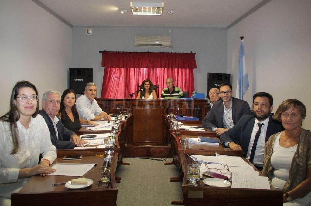 Dispuestos. Los concejales de Santo Tomé quedan a disposición del Ejecutivo para sesionar cuando se lo requiera. También desarrollan tareas para ayudar a los sectores que están al frente en la guerra contra el coronavirus. Crédito: Gentileza