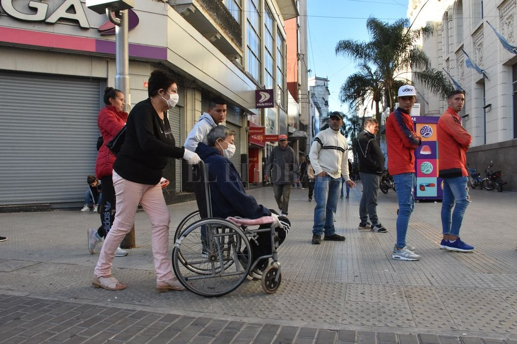 El viernes largas filas de ancianos y gente necesitada se agolpó a las puertas de los bancos para recibir su jubilación o la ayuda social.  Crédito: Flavio Raina