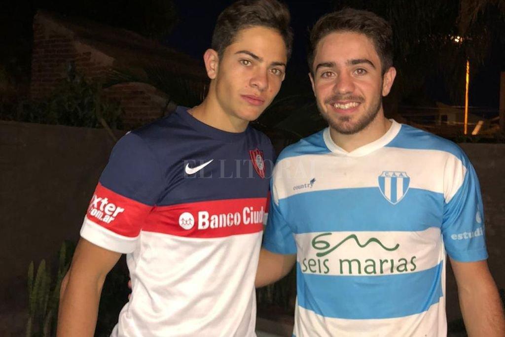 Ignacio y Agustín Giay. En su casa y con el trabajo que les enviaron sus profesores.  Crédito: El Litoral