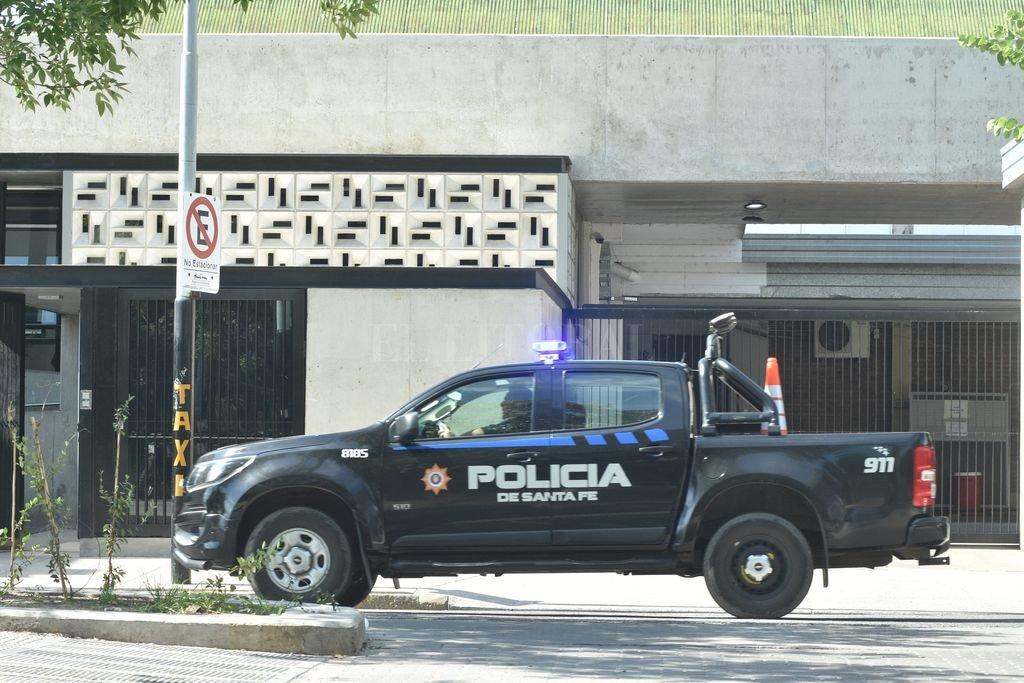 Tras el hecho agentes policiales realizaron un importante operativo que incluyó el chequeo de colectivos, taxis y remises Crédito: Flavio Raina
