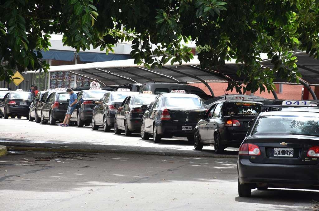 Efecto pandemia: convocan al  Consejo Provincial del Trabajo - Remiseros y taxistas estaban exceptuados de la cuarentena. Pero aun así no pudieron trabajar porque no había circulación de pasajeros. -