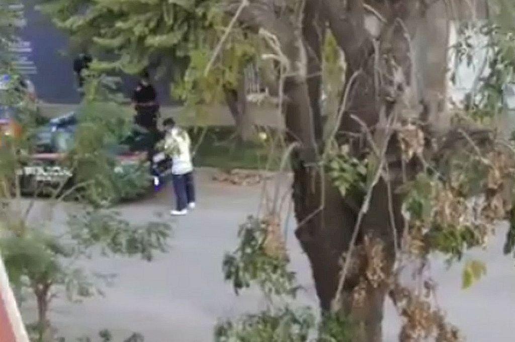El momento en que los efectivos policiales encuentran al evadido, quien estaba deambulando en cercanías de su domicilio Crédito: Gentileza