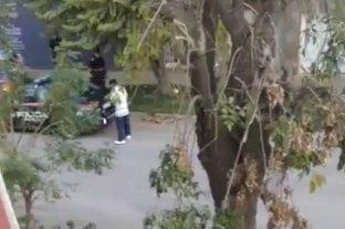 La policía encontró al hombre que había fugado del Cullen - El momento en que los efectivos policiales encuentran al evadido, quien estaba deambulando en cercanías de su domicilio
