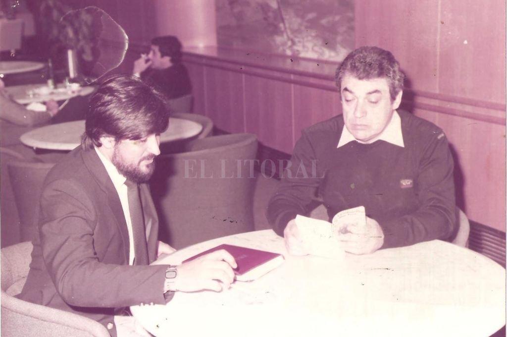 Aeropuerto Sauce Viejo, primavera de 1981. Alberto Cortéz y el autor de esta nota durante una cálida charla en el bar.  Crédito: Gentileza