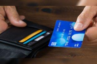 Proponen una ley que obligue a los bancos a entregar tarjetas de débito a domicilio