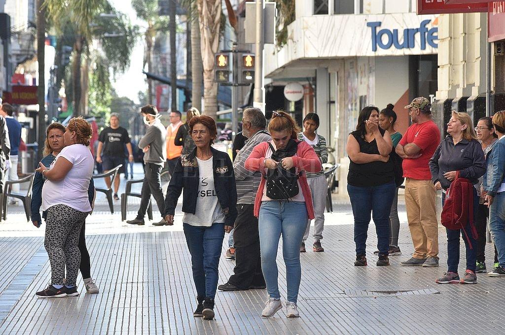 Peligroso relajamiento. En coincidencia con la reapertura del sistema bancario hay más presencia de gente en las calles. Crédito: Flavio Raina