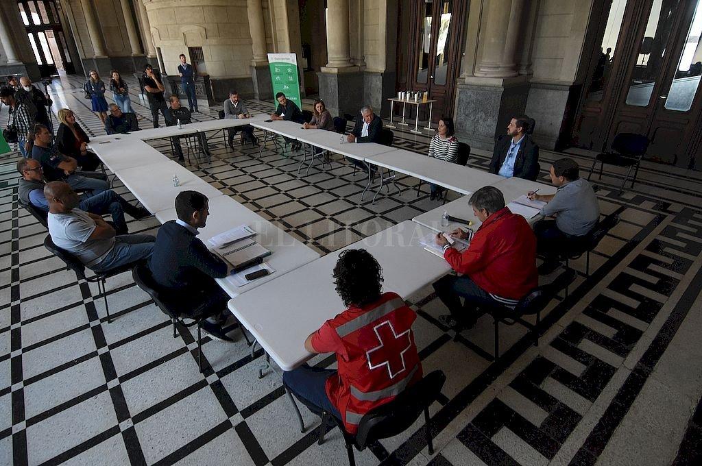 La primera reunión fue el hall de la ex Estación Belgrano, donde hubo una puesta en común entre funcionarios del Ejecutivo, concejales de varios bloques políticos y referentes de organizaciones sociales. Crédito: Mauricio Garín