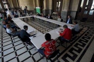 """Convocan a voluntarios """"virtuales"""" y """"reales"""" para asistir a los mayores - La primera reunión fue el hall de la ex Estación Belgrano, donde hubo una puesta en común entre funcionarios del Ejecutivo, concejales de varios bloques políticos y referentes de organizaciones sociales. -"""
