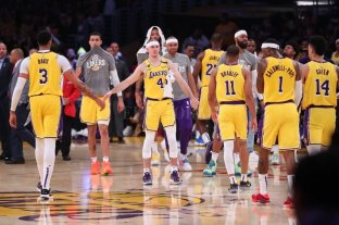 Los Lakers reducirían los sueldos de los jugadores para pagar a los empleados