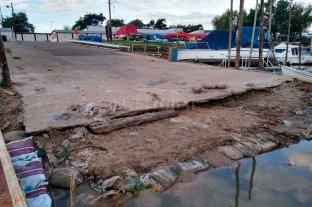 Barcos recostados sobre el barro debido a la histórica bajante del río - Sin rampa. El escaso nivel del río dejó inutilizable esta rampa para la botadura de embarcaciones.