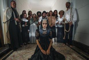 """Fina, lady y bruja - Preizler junto al elenco del videoclip de la canción """"Ay Fooo"""", una turba que la juzga como bruja. -"""
