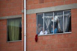 Colombianos hambrientos durante la cuarentena cuelgan trapos rojos para pedir ayuda