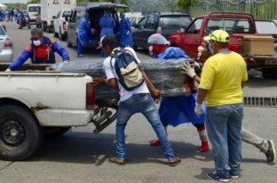 En Ecuador,  los presos fabrican ataúdes para contribuir con la demanda en pandemia