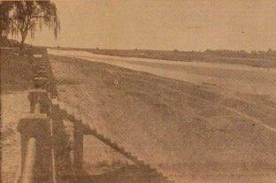 """El día que la bajante del Río Paraná """"hizo desaparecer"""" la Laguna Setúbal - La fotografía fue tomada en septiembre de 1944, cuando se registró una de las bajantes más severas del Siglo XX.  -"""