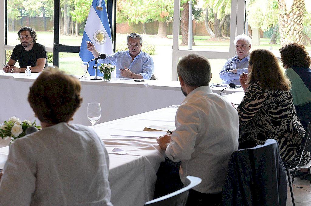 Alberto Fernández define con expertos médicos la extensión de la cuarentena -  -
