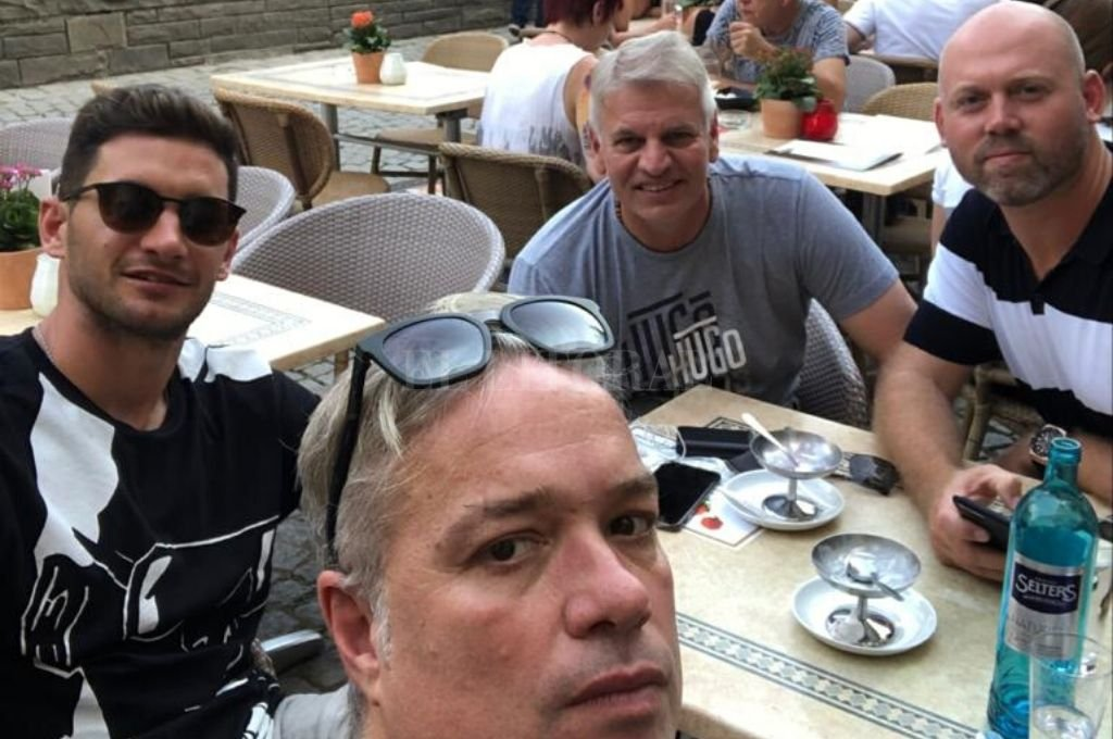 """Además de contar anécdotas y revelar datos que nunca salieron a la luz, Pedro Aldave compartió con El Litoral fotos íntimas de su relación con el """"Pipa"""" Lucas Nicolás Alario. Como este alto en el camino, en Colonia, para almorzar, antes de llegar a Leverkusen. """"Las otras dos personas que aparecen son el Community Manager del Bayer 04 y un empresario de jugadores venezolanos"""", confiesa Aldave.  Crédito: Gentileza Pedro Aldave"""