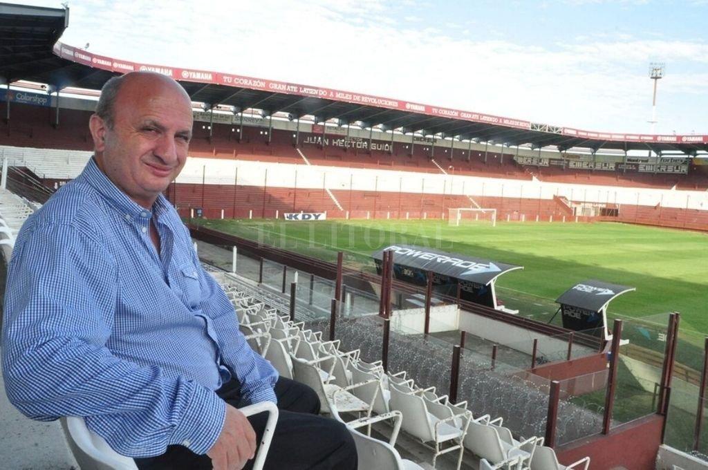 Lejos del juego. Nicolás Russo y un estadio de Lanús que permanecerá vacío por bastante tiempo más. Los tiempos del fútbol son una incógnita y los dirigentes están preocupados.     Crédito: Archivo