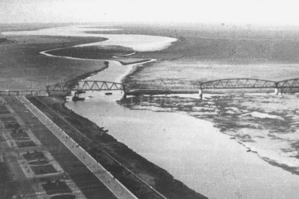 Así se veían la vieja costanera, el puente ferroviario y la Laguna Setúbal con poco caudal de agua en la década de 1930.  Crédito: Archivo El Litoral