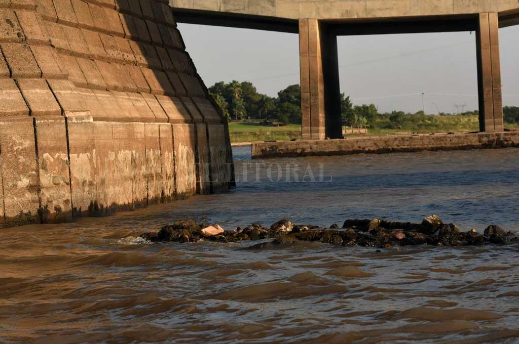 Restos. Cuando el río está alto no está señalizado, por lo que puede ser un peligro para los navegantes. Crédito: Mauricio Garín