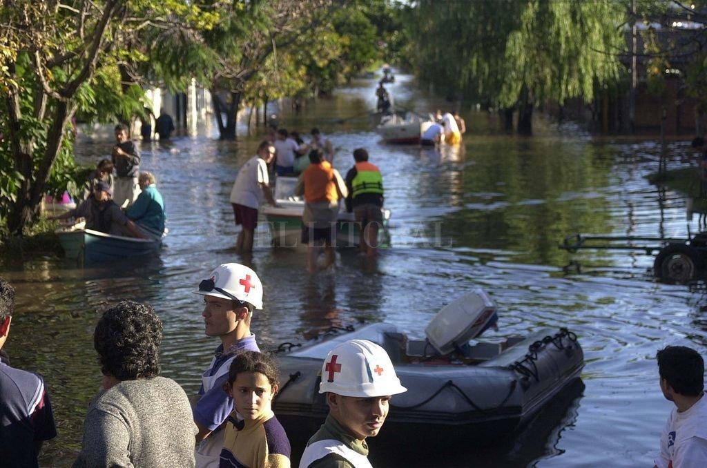 Voluntarios de la Cruz Roja, brindando sus servicios en la inundación de 2003.  Crédito: Flavio Raina