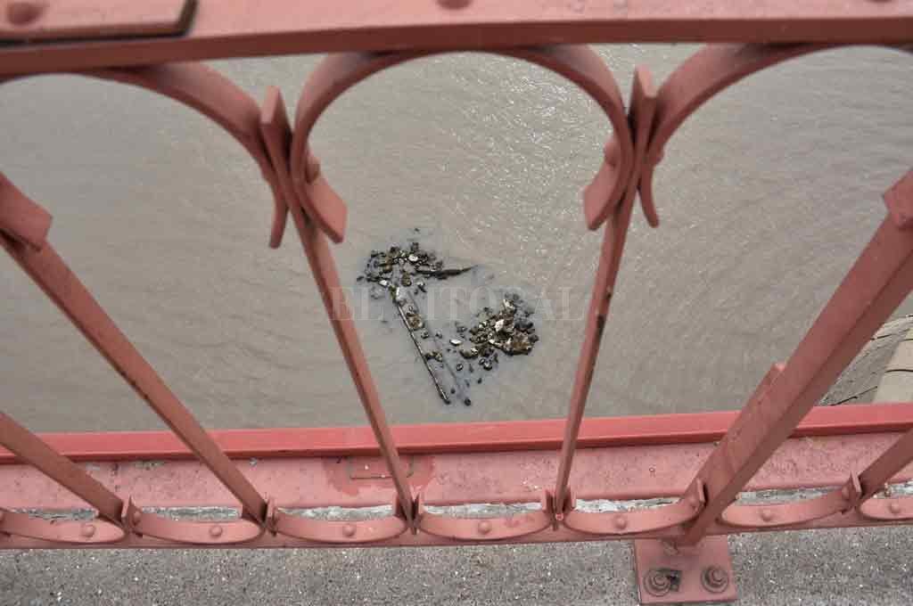 A la vista. Los restos que aparecieron junto a la pila oeste del Puente Colgante, se ven con claridad desde el viaducto. Crédito: Guillermo Di Salvatore