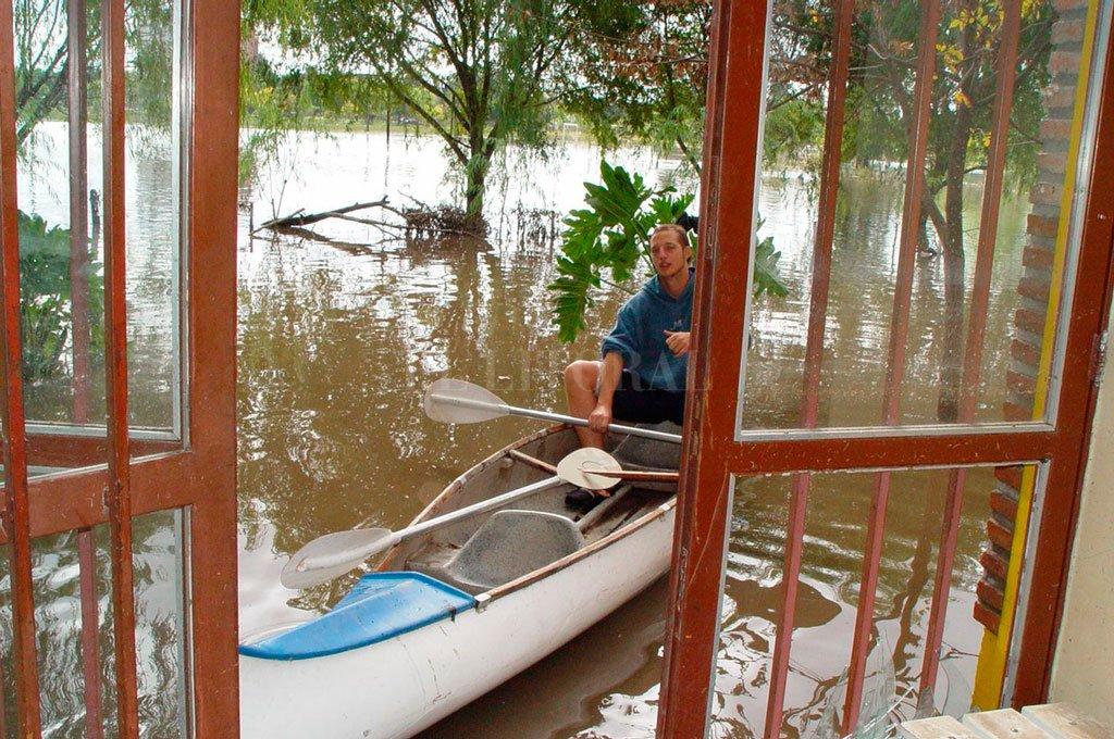 Del Atletismo al Canotaje... Esa era la única forma de recorrer el excelente complejo deportivo santafesino en medio de la devastadora inundación. Crédito: Archivo El Litoral