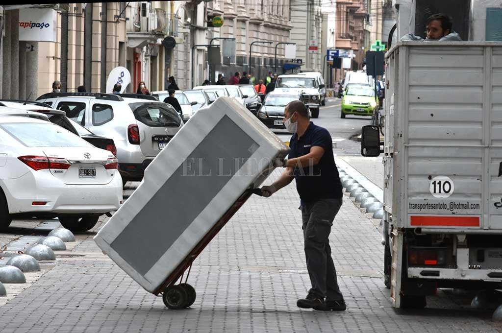 Flete. A partir de este jueves, en el Gran Santa Fe y el Gran Rosario, las empresas de servicio de mudanza están autorizadas a trabajar.  Crédito: Guillermo Di Salvatore