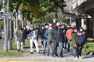 Largas filas para cobrar el Ingreso Familiar de Emergencia en la ciudad de Santa Fe