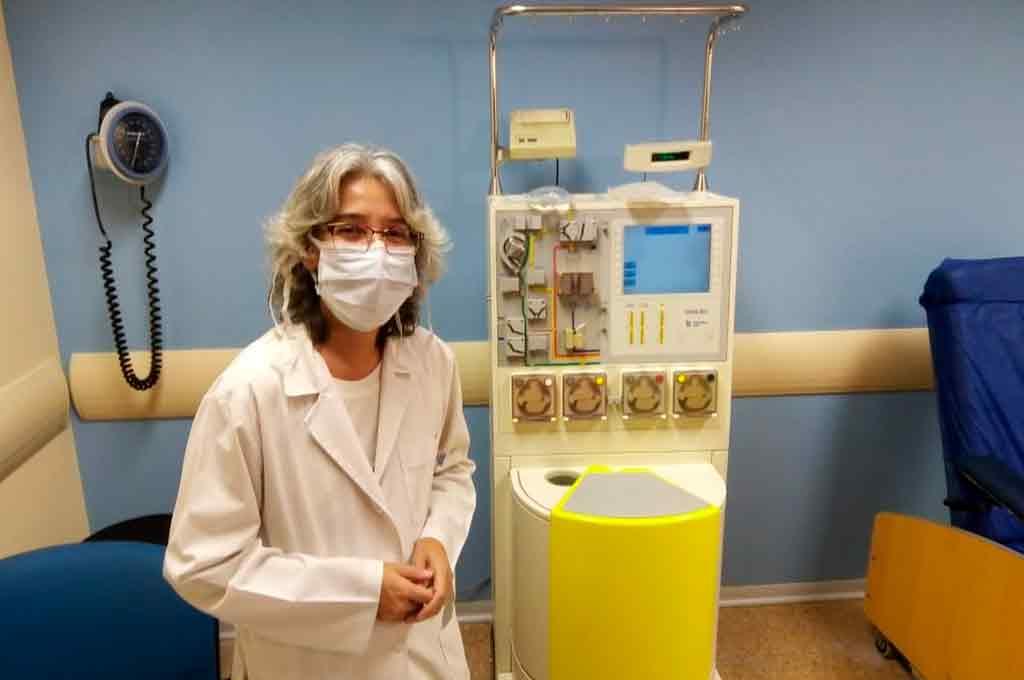 Alejandra Vellice, jefa de Hemoterapia del Hospital de Clínicas (Buenos Aires) en el espacio destinado a la colecta de plasma, y junto a un separador celular. Crédito: Gentileza.