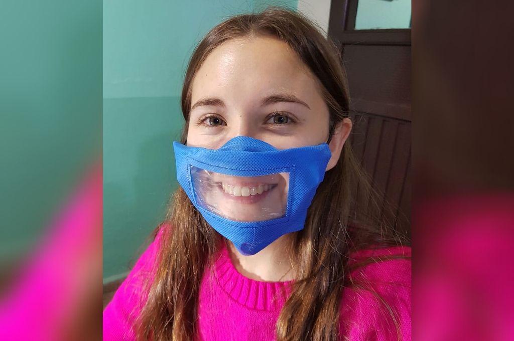 Feliz. Sabrina Courtalón muestra orgullosa el barbijo que no es tapabocas. Ella misma lo diseñó y los fabrica.  Crédito: Gentileza Sabrina Courtalón