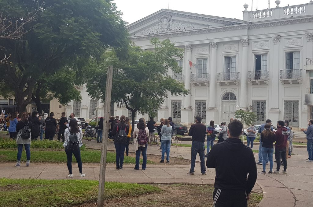 Lunes a la tardecita en Rafaela, alrededor de la plaza y frente a la Municipalidad, arrancan los bocinazos. Terminaron de decidir a Perotti para flexibilizar la cuarentena en toda la provincia, menos Rosario y Santa Fe. Crédito: Gentileza La Opinión