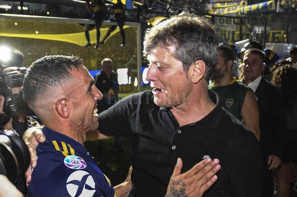 """""""Los jugadores de fútbol pueden estar seis meses sin cobrar"""", dijo Carlos Tevez —en la foto saludando a Mario Pergolini— en una frase que originó mucha polémica.    Crédito: Archivo El Litoral"""