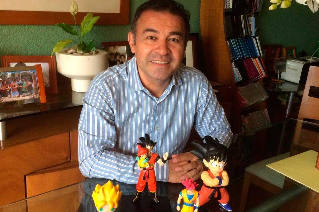Castañeda acompañado por los muñecos de Gokú. Crédito: Gentileza