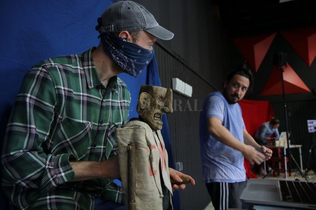 Delprato, atrás con remera azul, indica a un artista croata en Rijeka como manipular los títeres para la realización de la puesta escénica.  Crédito: Facebook Luciano Delprato