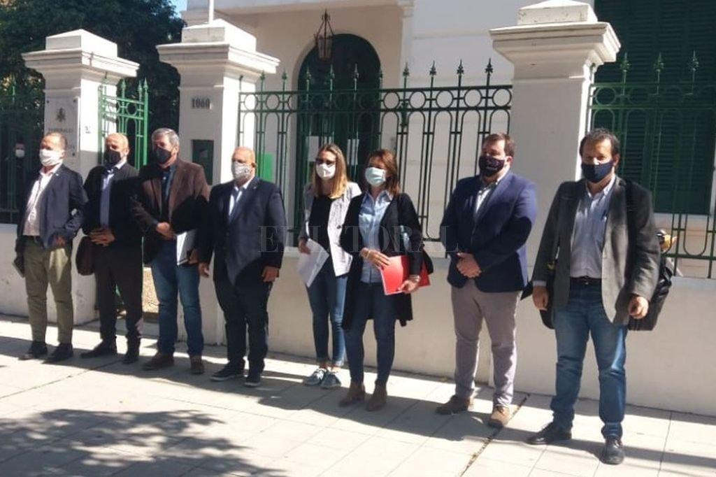 El grupo de legisladores frente a la sede del juzgado en lo Civil y Comercial de la segunda nominación de Reconquista. Crédito: Prensa diputada Fiorito.
