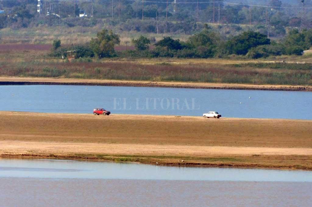 Los dos autos en el suelo fangoso de la Laguna Setúbal Crédito: El Litoral