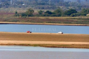 Impactantes imágenes: autos en el medio de la Laguna Setúbal