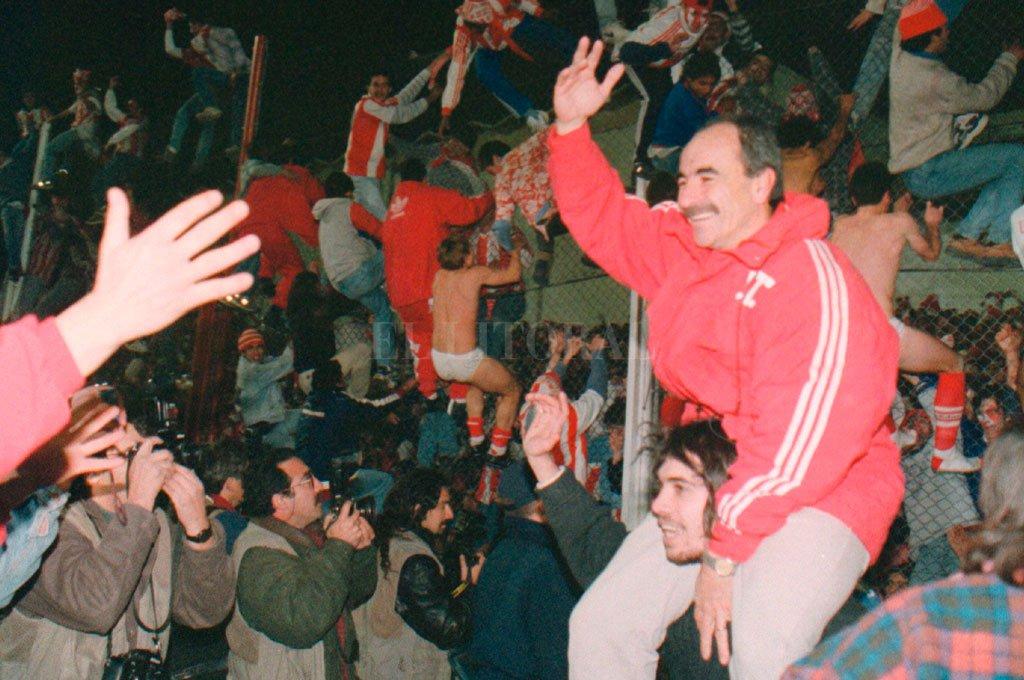 """El """"Cabezón"""" en su día soñado, llevado en andas la noche del ascenso en Córdoba. Crédito: Alejandro Villar"""